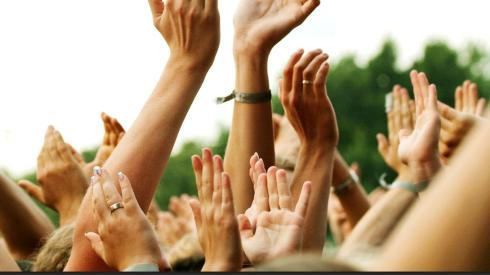 Students-clapping-in-crowd_2